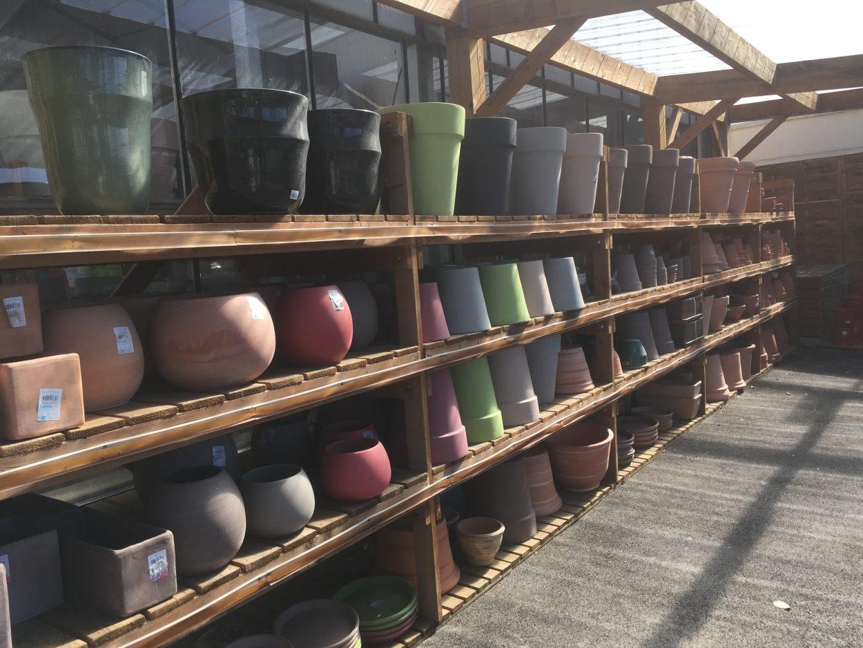 Pots en terre et céramique, en couleur pour décorer votre jardin